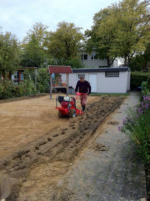 ...so daß die obere Schicht Füllkies mit der unteren Sand/Mutterbodenschicht vermischt wird. Foto: Sandra Borchers