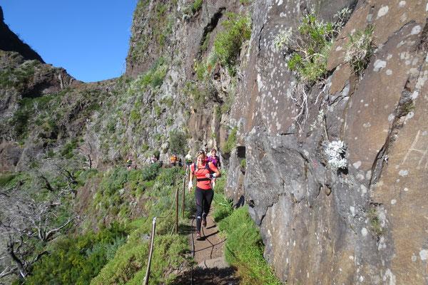 Schmaler Weg an der Felswand