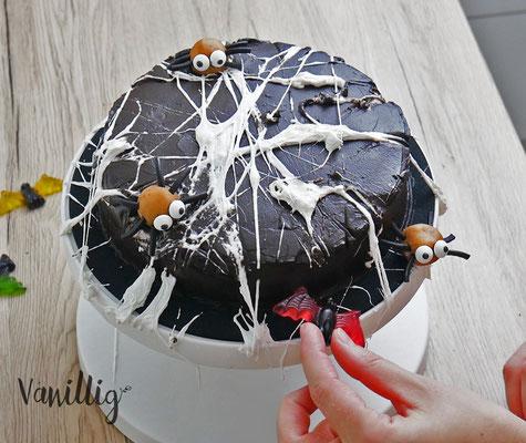 Gruselige Torte, Halloween Torte, Torte, Torte umdekorieren, Tortendekoration, Torte mit Spinnen