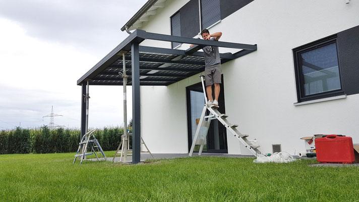Führen Sie die habe der LED Lampen sowie der Solarmodule durch die Dachsparren.