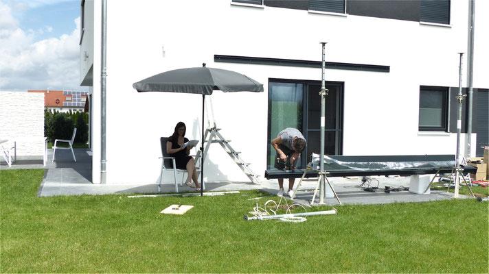 Damit das Terrassendach auf zwei Pfosten stehen kann, werden sogenannte Pfostenhalter befestigt.