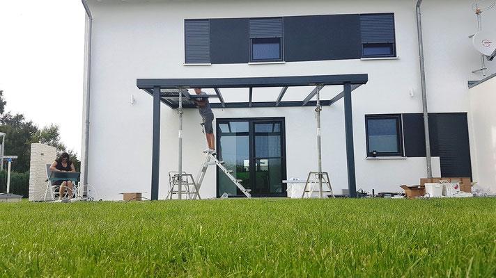 Montieren Sie die einzelnen Solarmodule auf dem Terrassendach.