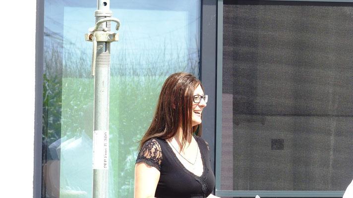 Eine glückliche Terrassendach Besitzerin kurz vor der Fertigstellung