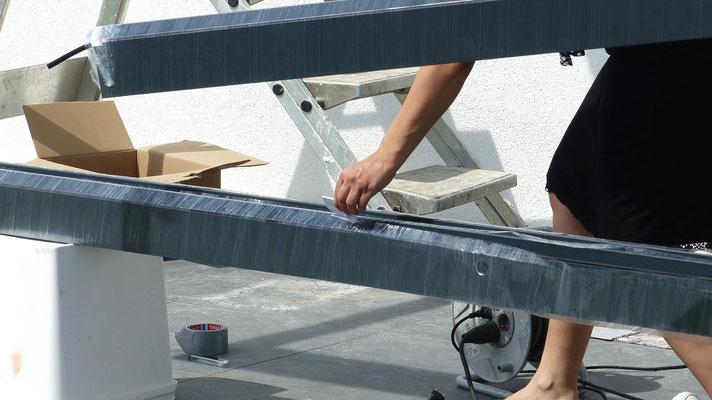 Wir empfehlen den mitgelieferten Öffner zum Entpacken der Bauteile von Ihrer neuen Terrassenüberdachung.
