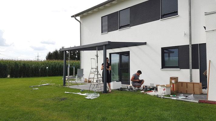 Für die Terrassendach Pfostenmontage nutzen Sie die mitgelieferten selbstschneidenden Schrauben.