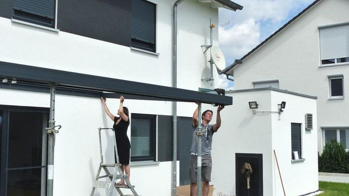 Montieren Sie die beiden Randsparren vom Terrassendach. Somit erhalten auch Stabilität in der Grundkonstruktion.