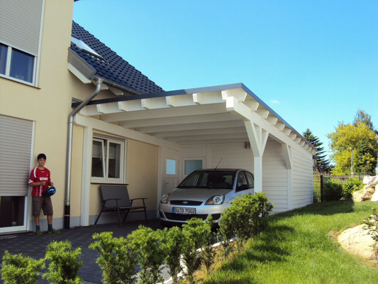 Flachdachcarport mit Geräraume direkt am Haus