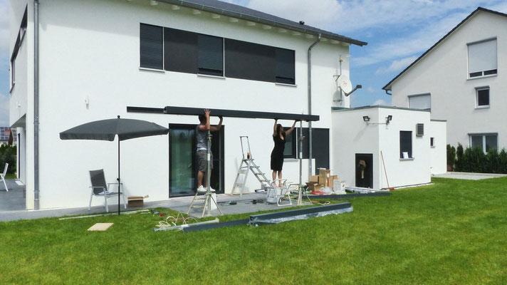 Das Regenrinne Profil von Terrassendach wird auf zwei Dokastützen gelegt, damit die Fundamente hinterher ausgegossen werden können.