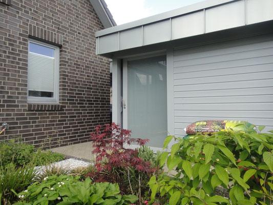 Carport Geräteraum mit Glasschiebetür