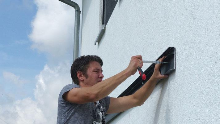 Befestigen Sie den Wandanschluss vom Terrassendach