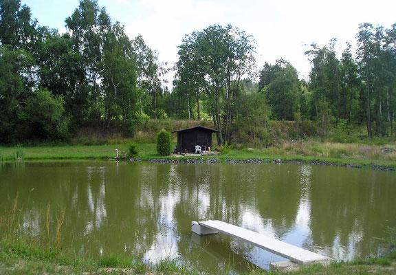 An unserem eigenen Weiher können Sie gerne angeln und schwimmen