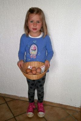 Die Kinder sammeln morgens sehr gerne die frischen Frühstückseier