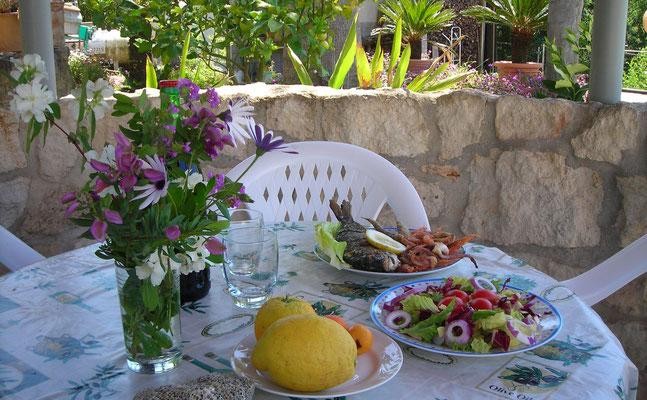 Gartenpavillon gedeckter Tisch Casa Belle Vacanze © ferienwohnung-nahe-tropea-in-kalabrien.com
