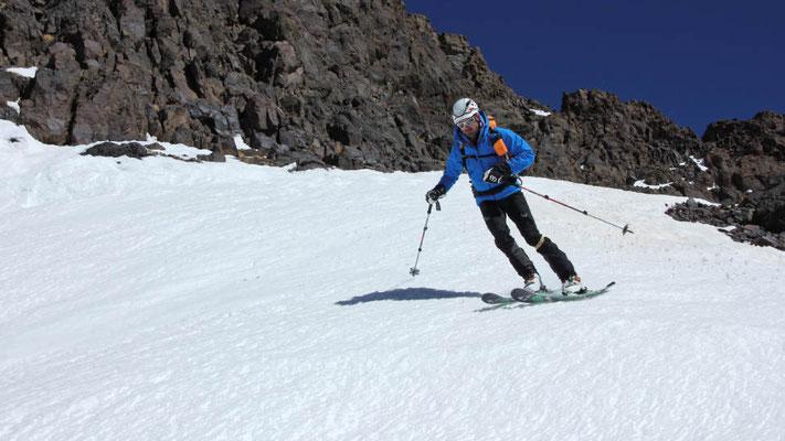 Im unteren Teil der Skiabfahrt vom Toubkal werden die Schneeverhältnisse firnig