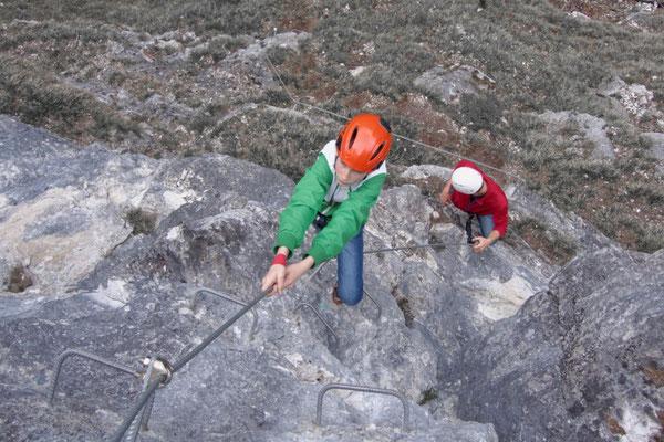 Festhalten am Klettersteig, Bergführer und Seil geben Sicherheit. Hinterstoder