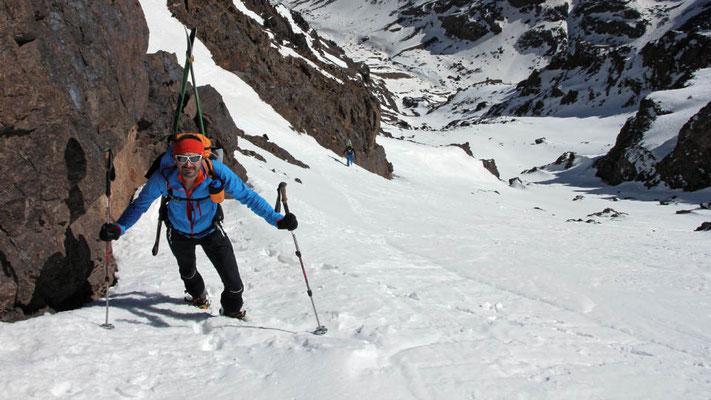 Michi beim Aufstieg in einer der berühmten Steilrinnen in den Clochetons