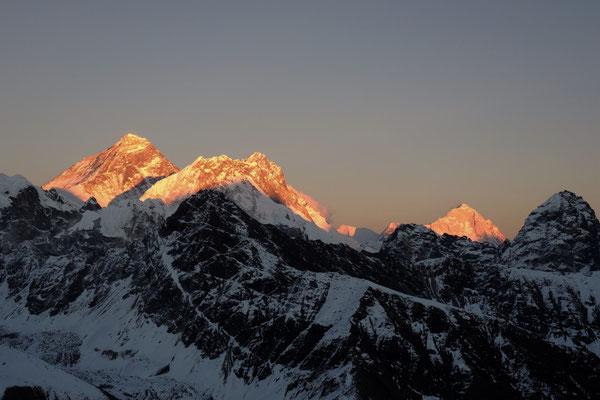 Mount Everest mit Lhotse und Makalu im Sonnenuntergangslicht