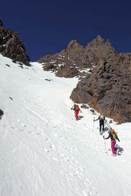 Nur mit Steigeisen ist ein sicherer Aufstieg in der Steilrinne möglich / Hoher Atlas
