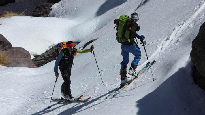 Überquerung eines Baches mit Tourenski im Atlasgebirge / Skitouren Marokko