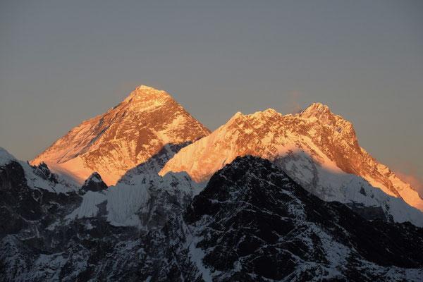 Mount Everest mit Lhotse im Sonnenuntergangslicht