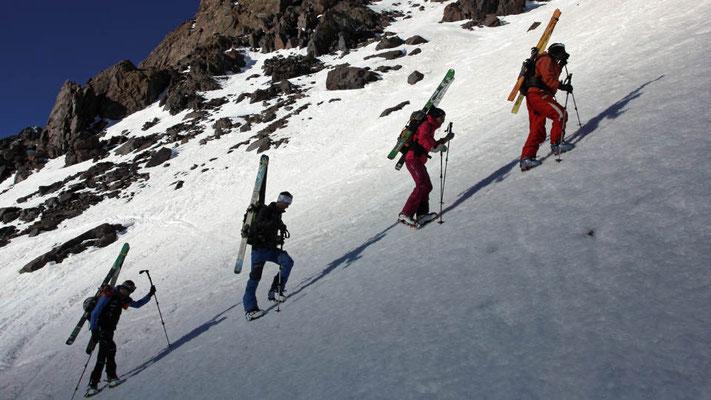 Aus dem Schatten in die Sonne. Aufstieg mit Steigeisen zur heutigen Skitour im Hohen Atlas