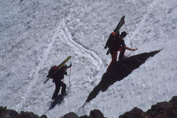 Sicherer ist es manchmal die Skier auf dem Rücken zu tragen