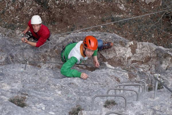 Steil und gesichert bergauf am Klettersteig Poppenberg