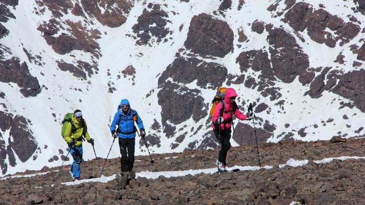 Der Schnee im Gipfelbereich am Jebel Toubkal ist häufig vom Wind verblasen