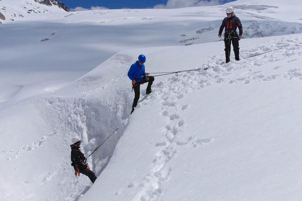 Sicheres Üben der losen Rolle über eine leichte Schneewächte