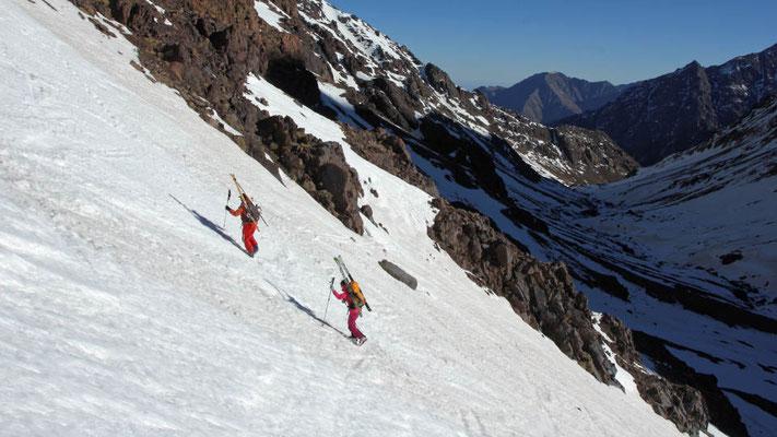 Aufstieg mit Aussicht über Assif n`Isougouane / Hoher Atlas, Marokko