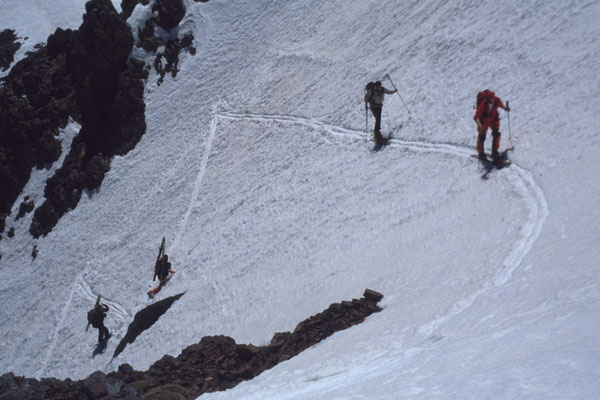 Aufstiegsspur durch steile Rinnen im Atlasgebirge
