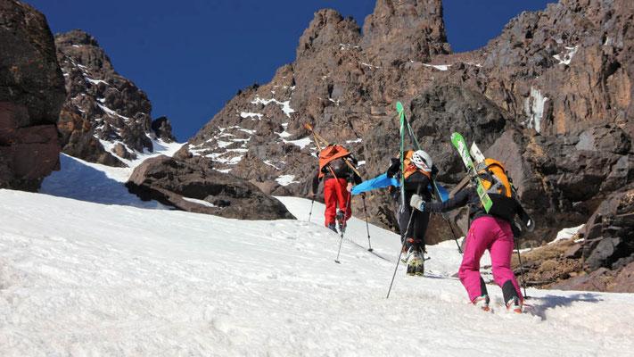 Meine Gruppe mit Bergführer Mohamed in der Steilrinne der Clouchetons