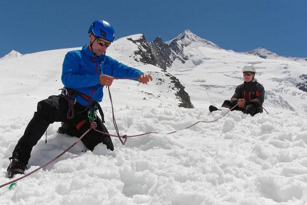 Beim Üben, Rettung aus der Gletscherspalte