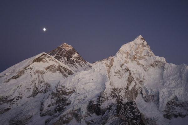 Mount Everest mit Nuptse und Mond nach Sonnenuntergang