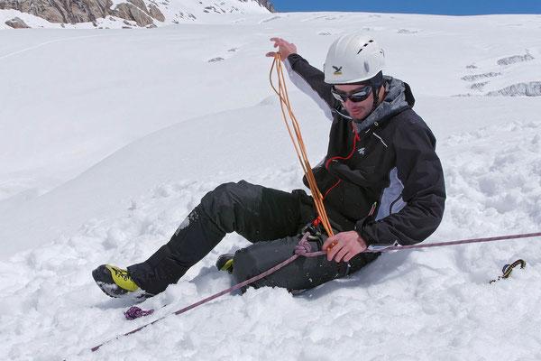 Vorbereiten der Selbstsicherung mittels Prusikknoten bei einem Gletscherspaltensturz