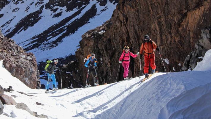 Aufstieg durch eine Schlucht am Beginn der Skitour zum Akioud 4.030 Meter