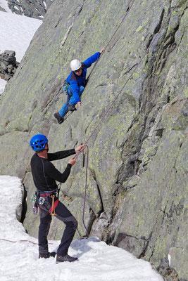 Erlernen von Sicherungsgriffen beim Klettern