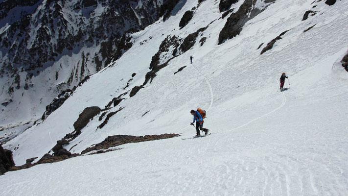 Durch weite Flanken führt uns der Aufstieg auf Buidoudam 3.680 Meter und Aguelzim