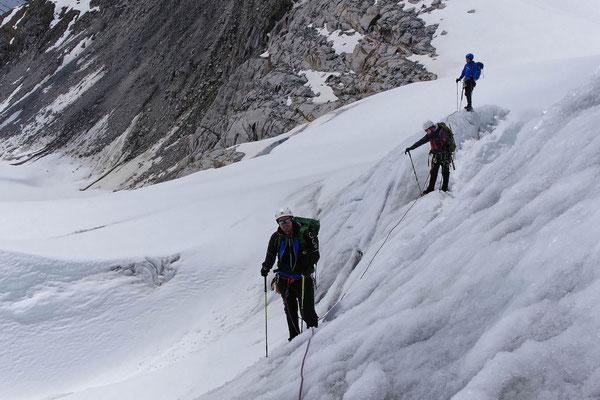 Mit Steigeisen über ausgeaperte Gletscherzone