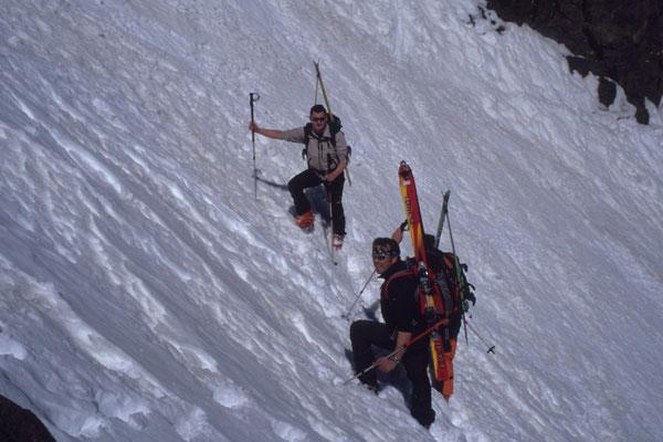 Ski tragen, der Lohn ist eine schöne Abfahrt im Firn