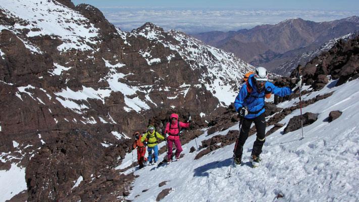 Die letzten Höhenmeter zum Gipfel des Akioud im Atlas sind wie bei vielen Gipfeln nur ohne Ski möglich