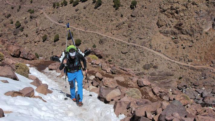 Kurz oberhalb von Sidi Chamharouche haben wir den ersten Schneekontakt, für die Ski reicht es noch nicht