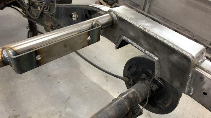 新たに増設したメンバーにガソリンタンク用の取り付けステーを製作。
