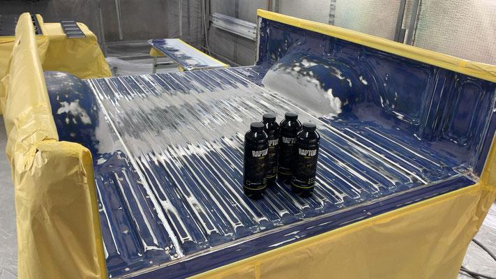 内側にラプターライナーと言うブツブツの強い塗装をしていきます。