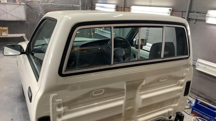 この車両は元々がスーパーDXですのでリアガラスはスライディングになります。カッコイイですね!