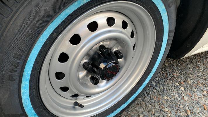 塗装したUS TOYOTA純正スチールです。14インチ5Jに185/75/14。ここはあえてリボンタイヤをチョイスしました。