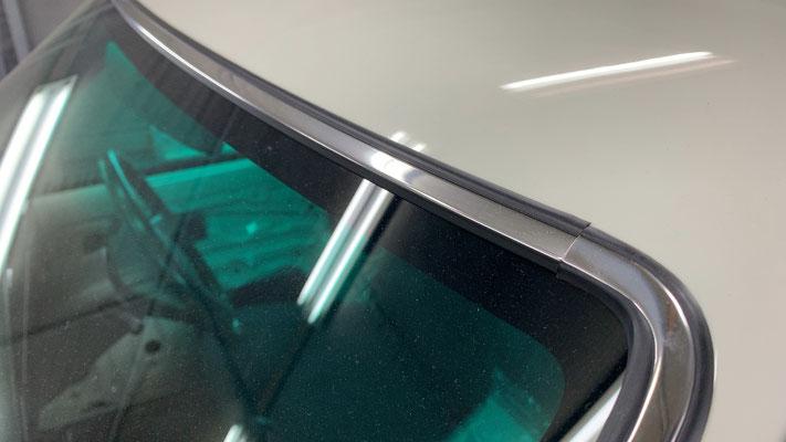 フロントガラスは社外メーカーのボカシ有りを使用しました。モールは純正のクロームタイプをチョイス。