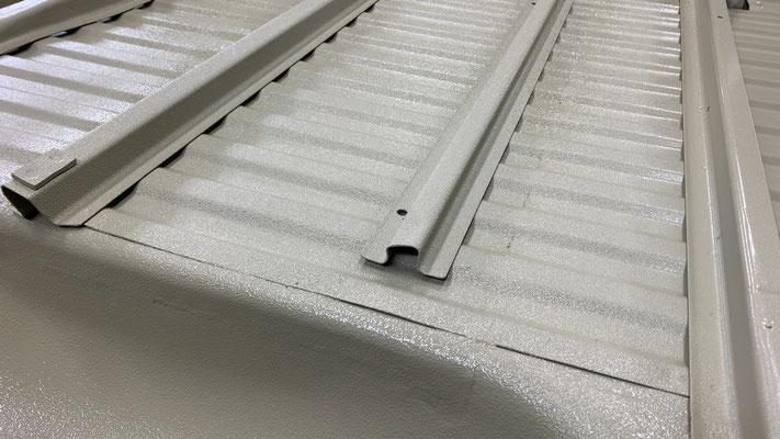 ライナーのブツブツ塗装で溶接面も分からなくなります。
