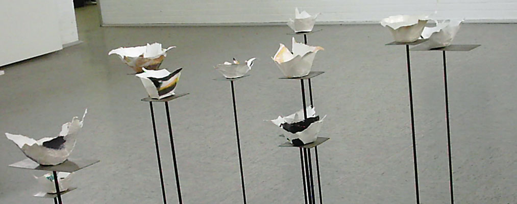 Schalen aus handgeschöpftem Papier auf Metall Stehlen