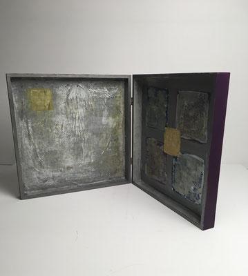 Altärchen mit Faltenwurf -Innenseite. Acryl-Collage-Enkaustik auf Holz (H.30 cm B.30 cm T. 6 cm)